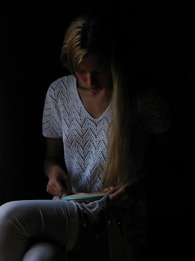 Unverhüllte aufreizende Mädchen in unfrankierten Fotos
