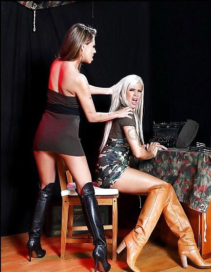 Schöne blonde Mädels in anregenden freien Aktfotos