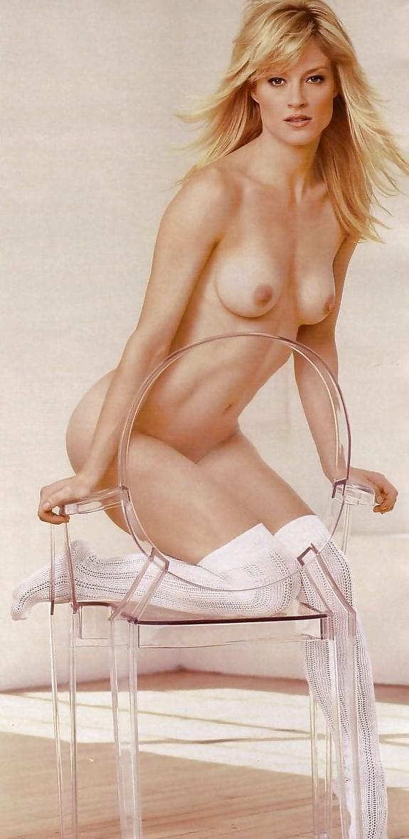 Die Blonde zeigt die kleine Titten.